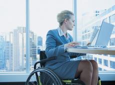 Voruw in rolstoel aan het werk
