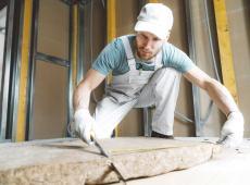 bouwvakker isoleert wand