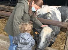 Zuhal Demir met dochter op bezoek bij landbouwer