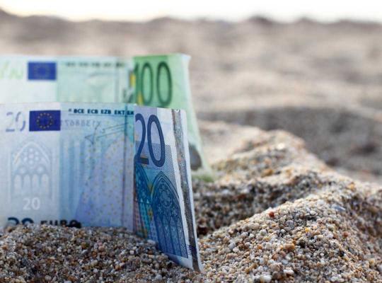 Geldbriefjes in zand