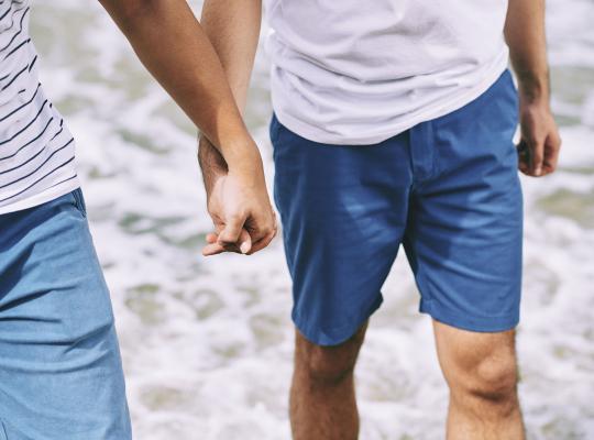 Twee mannen hand in hand