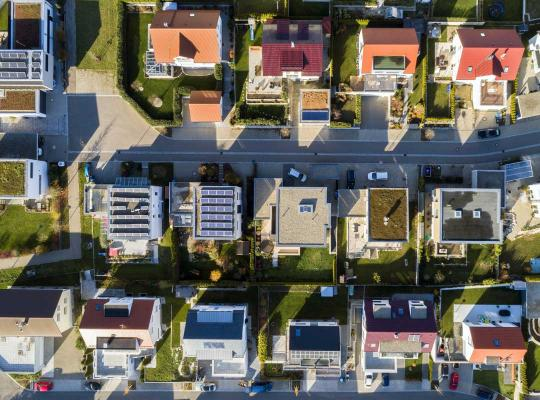 Woonwijk met groendaken en zonnepanelen