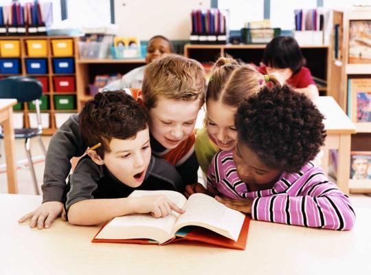 Kinderen lezen in boek